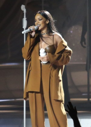 Rihanna Performs in Vancouver -06