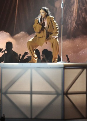 Rihanna Performs in Vancouver -07