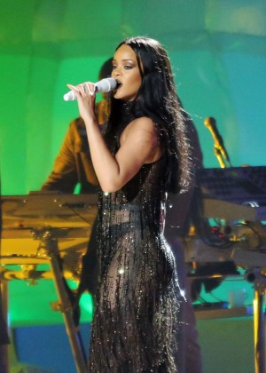 Rihanna Performs in Vancouver -11