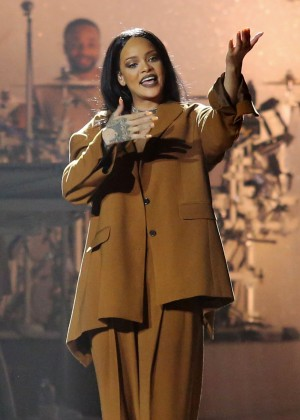 Rihanna Performs in Vancouver -12
