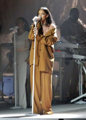 Rihanna Performs in Vancouver -16