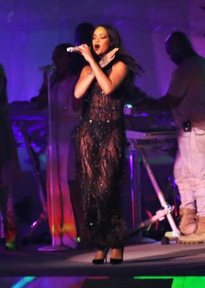 Rihanna Performs in Vancouver -17