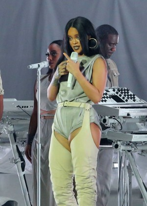 Rihanna Performs in Vancouver -19