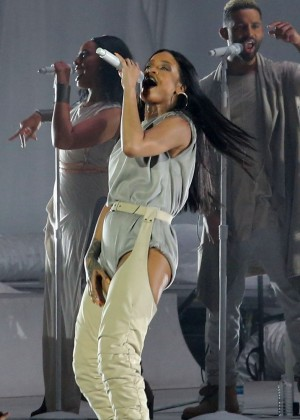 Rihanna Performs in Vancouver -20