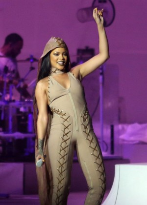 Rihanna Performs in Vancouver -21