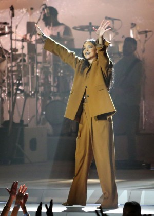 Rihanna Performs in Vancouver -28