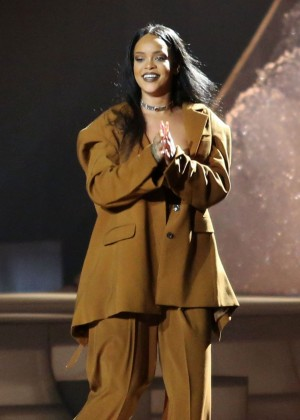 Rihanna Performs in Vancouver -34