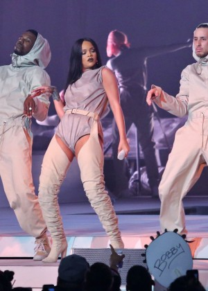 Rihanna Performs in Vancouver -43