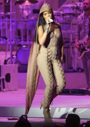 Rihanna Performs in Vancouver -44