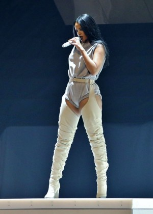 Rihanna Performs in Vancouver -49