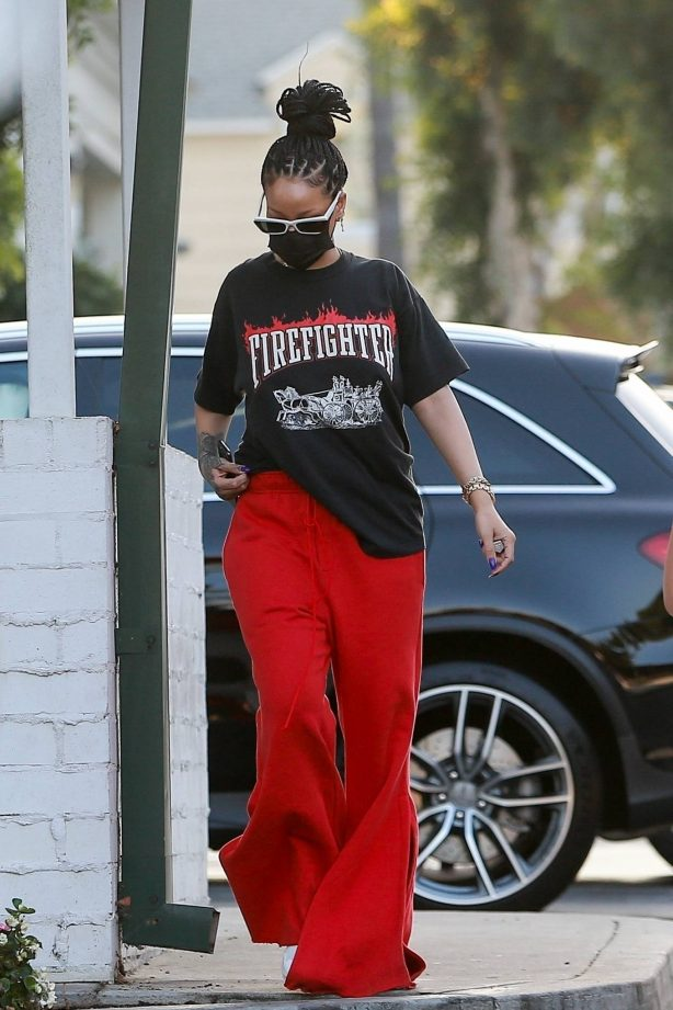 Rihanna - Shopping candids at Ralphs and Bristol Farms in Beverly Hills
