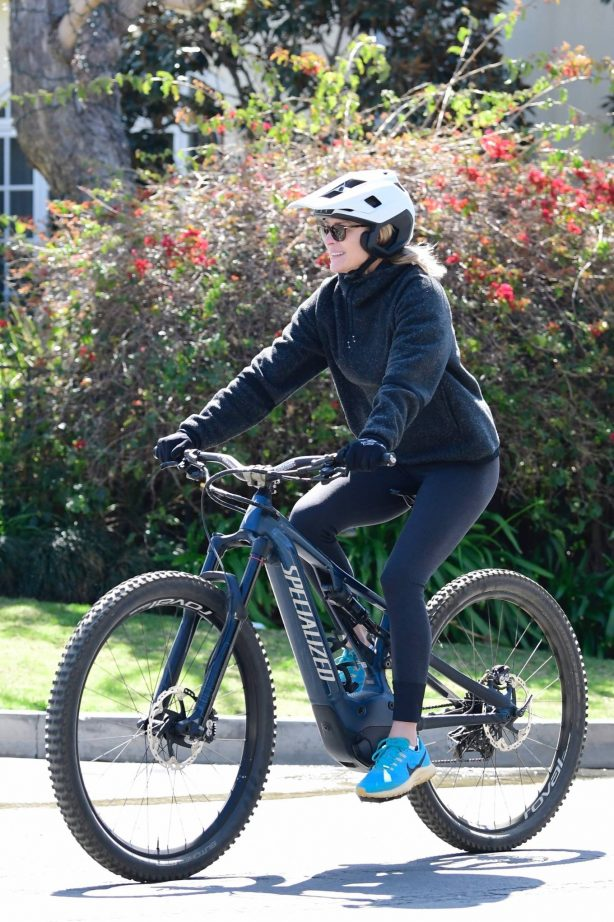 Robin Wright - Bike ride in Brentwood