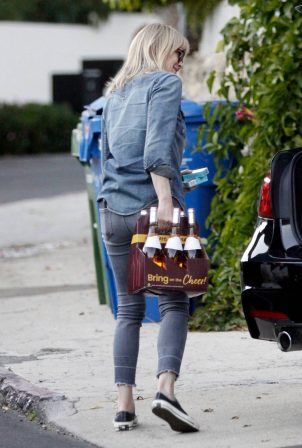 Robin Wright - Out to buy a six-pack of Rose wine in Los Angeles