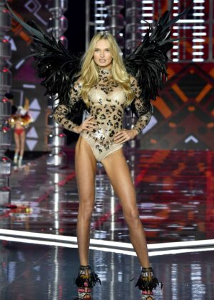 Romee Strijd - 2017 Victoria's Secret Fashion Show Runway in Shanghai