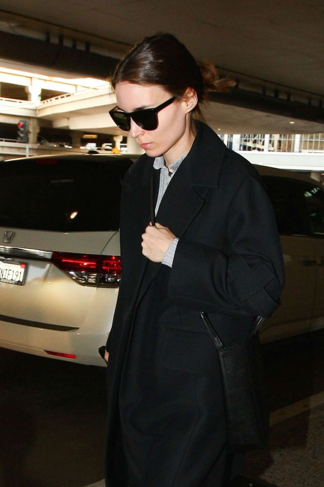 Rooney Mara – Arrives at LAX Airport in Los Angeles