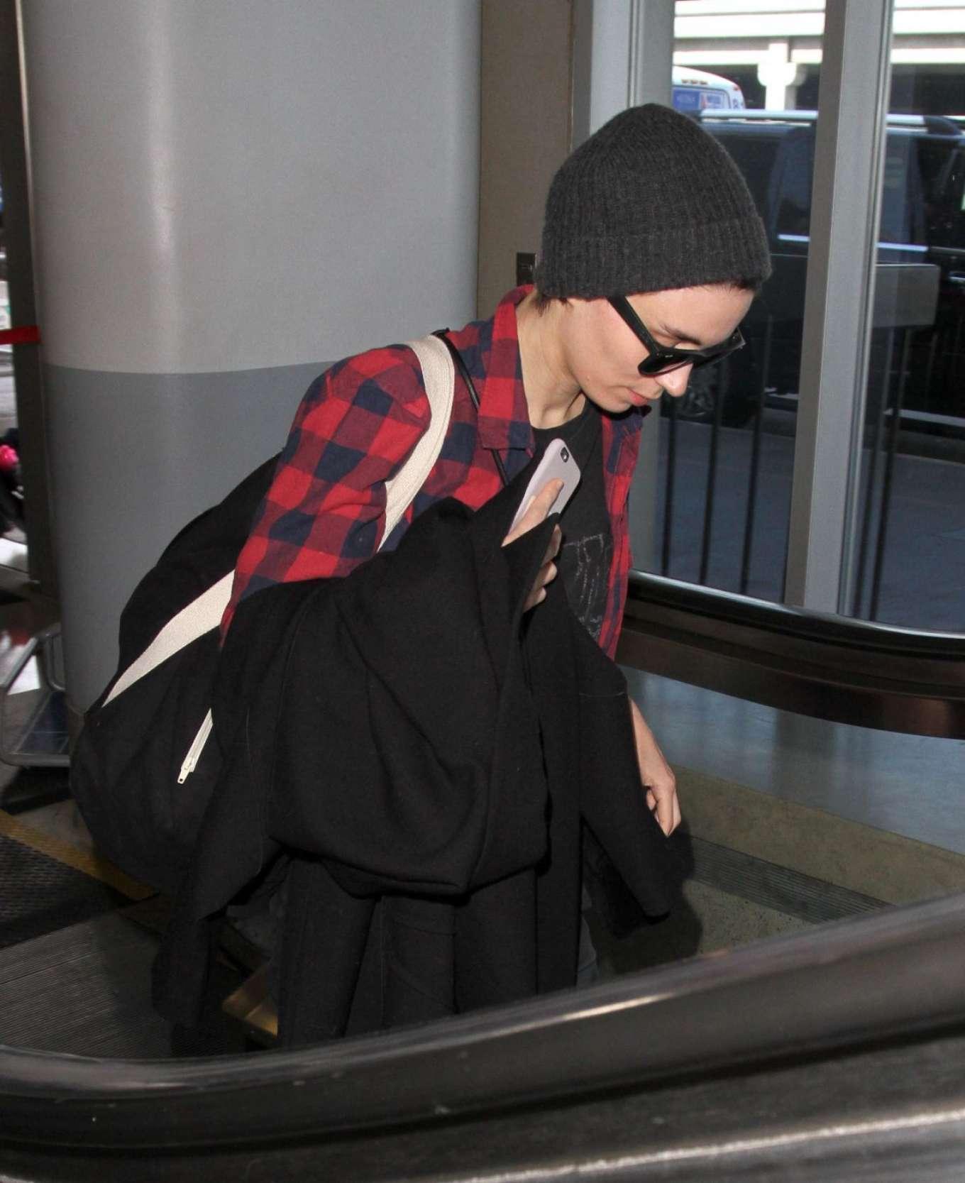 Rooney Mara 2017 : Rooney Mara at Los Angeles International Airport -04