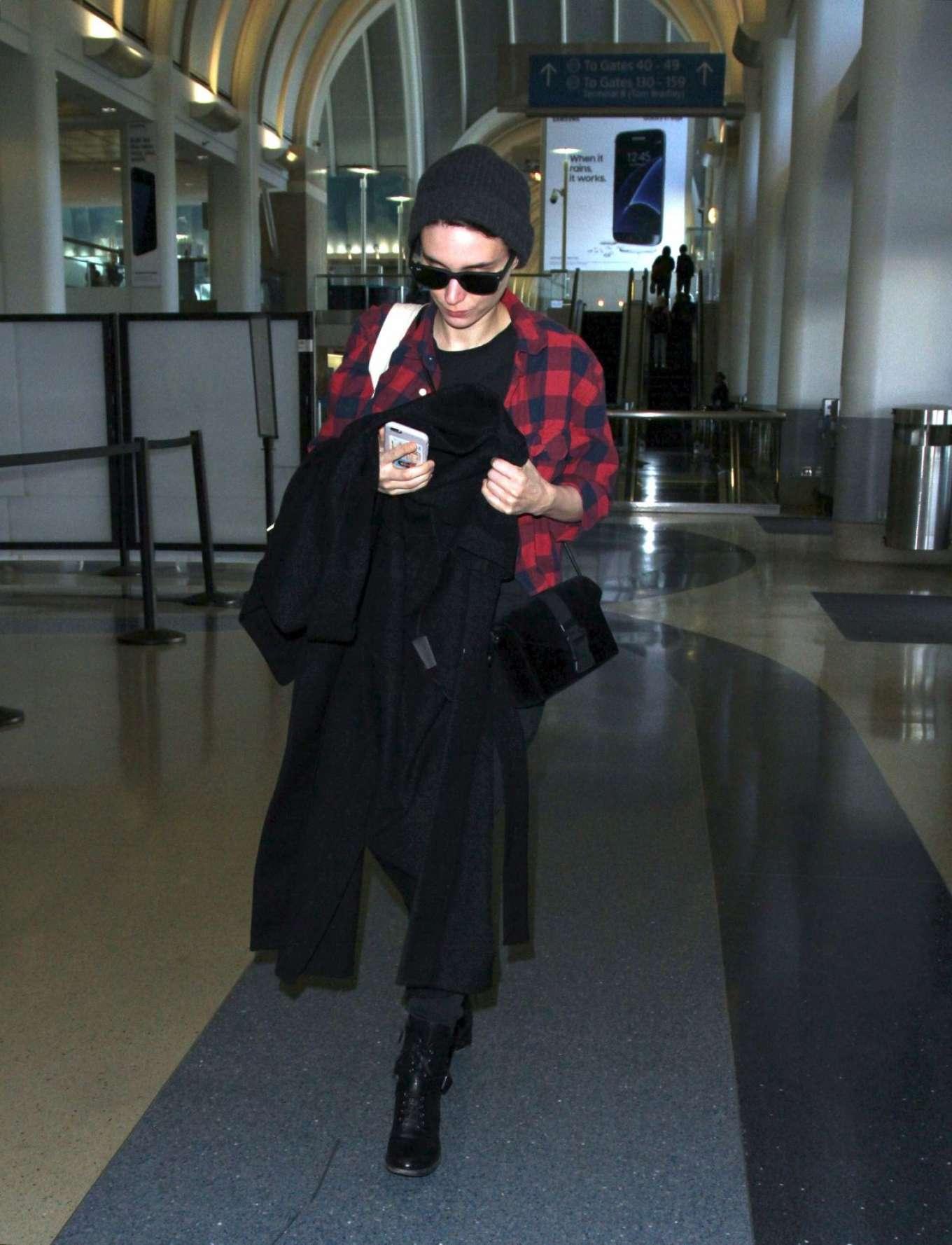 Rooney Mara 2017 : Rooney Mara at Los Angeles International Airport -05