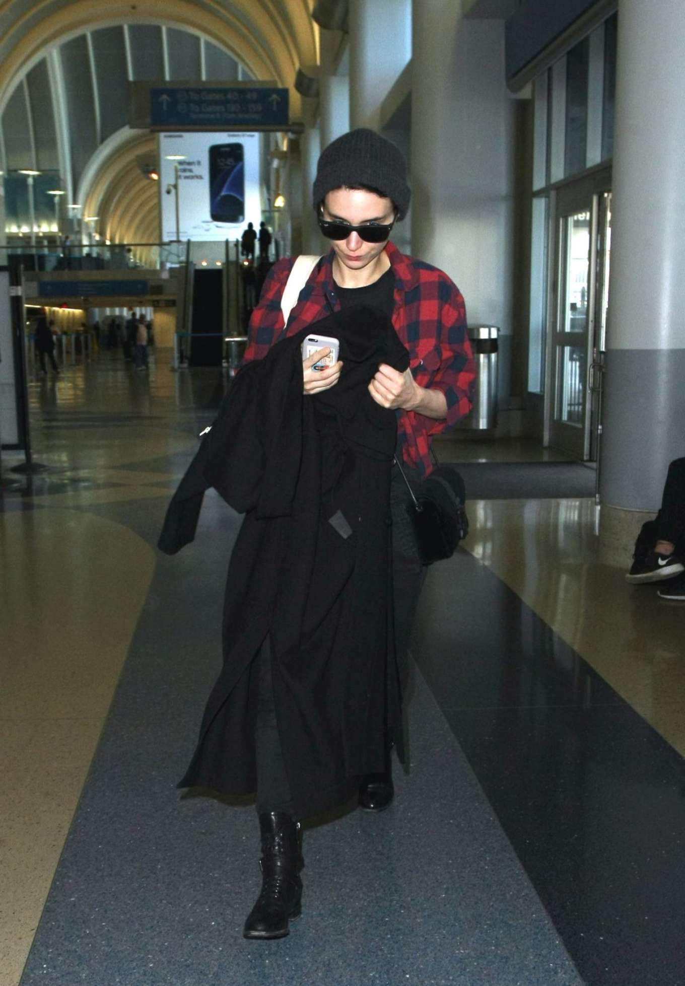 Rooney Mara 2017 : Rooney Mara at Los Angeles International Airport -09