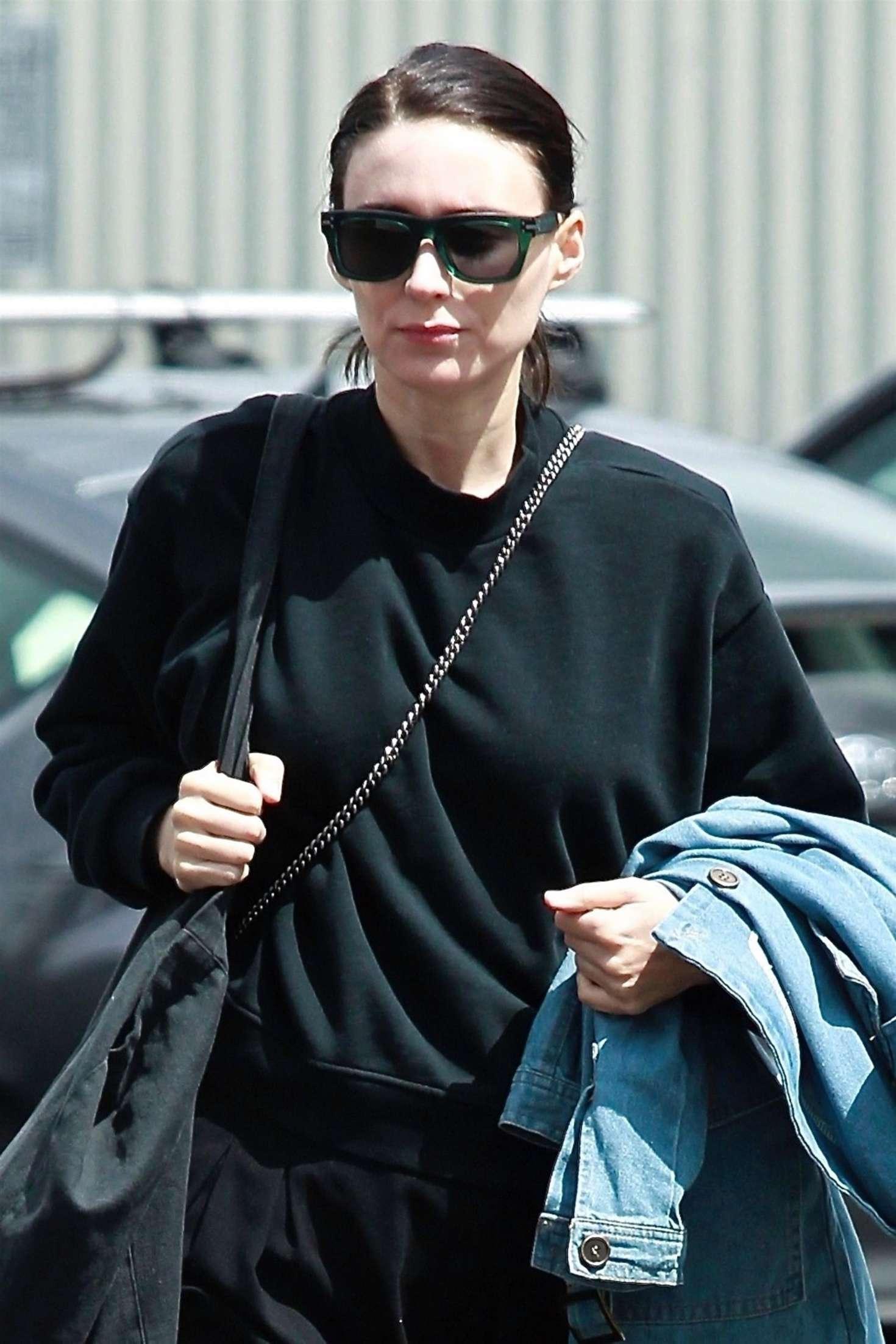 Rooney Mara 2018 : Rooney Mara in Black Out in Los Angeles -02