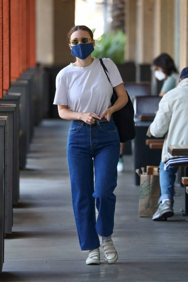 Rooney Mara - Shopping at grocery store in Los Angeles