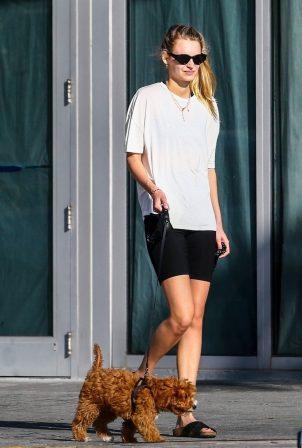 Roosmarijn de Kok - Takes her dogs for a walk in Miami