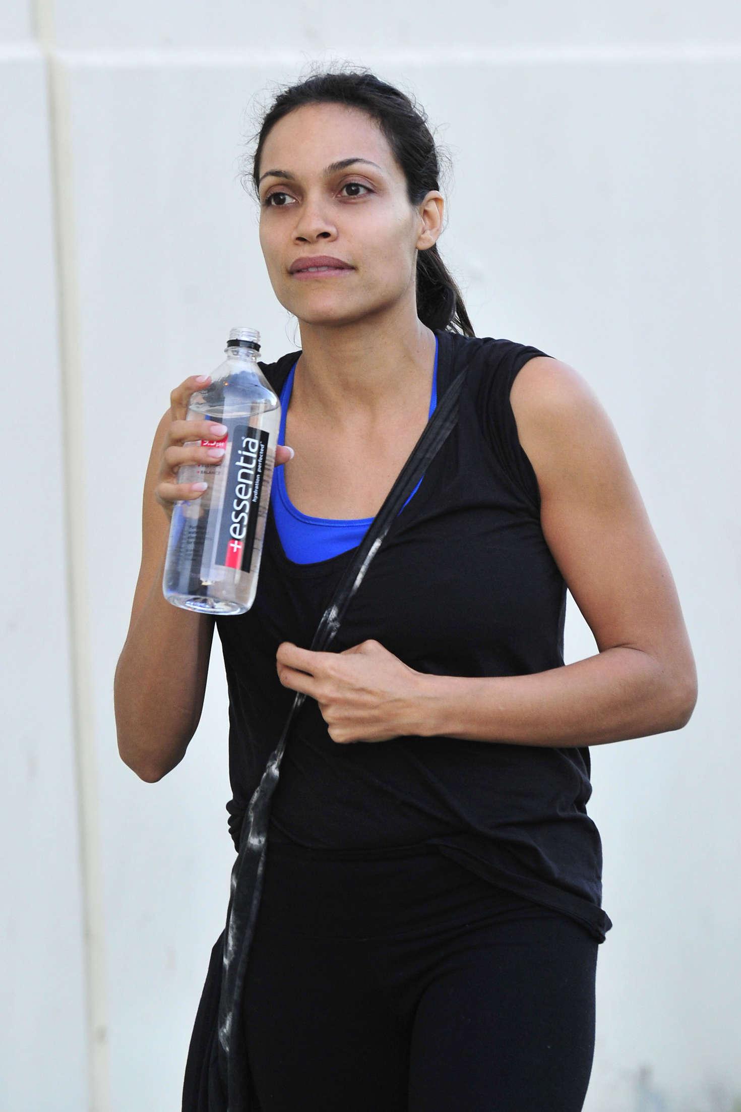Rosario dawson leaving the gym 08 gotceleb for Gimnasio fitness rosario