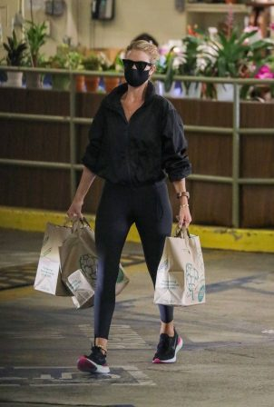 Rosie Huntinghton-Whiteley - Shops some groceries in Los Angeles