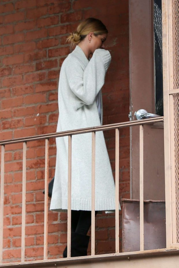 Rosie Huntington Whiteley: Arrives at a skin care clinic -07