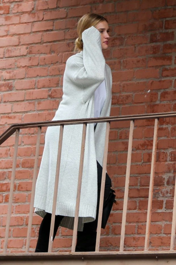 Rosie Huntington Whiteley: Arrives at a skin care clinic -10