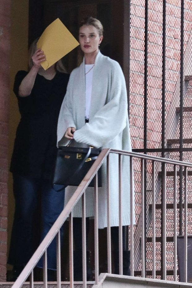Rosie Huntington Whiteley - Arrives at a skin care clinic in Los Angeles