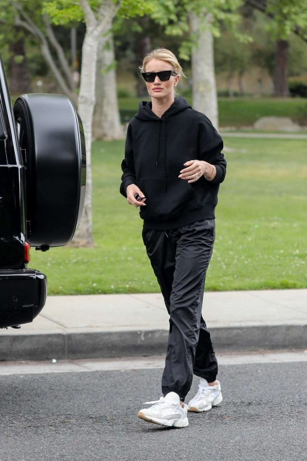 Rosie Huntington Whiteley at a park in Beverly Hills -10