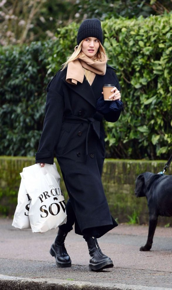Rosie Huntington Whiteley - Shopping for Christmas day in London