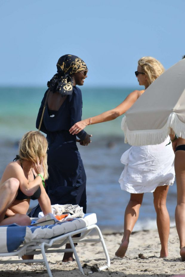 Sabina Gadecki - Spotted on beach in Miami
