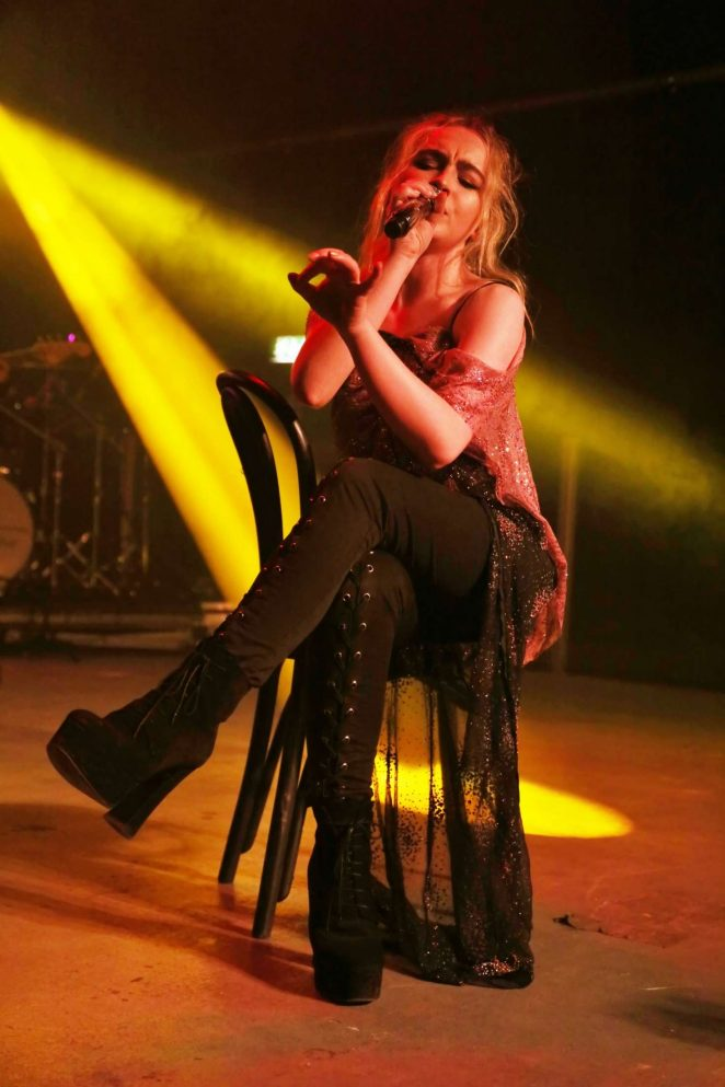 Sabrina Carpenter Performs live in Milano -05