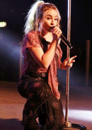 Sabrina Carpenter Performs live in Milano