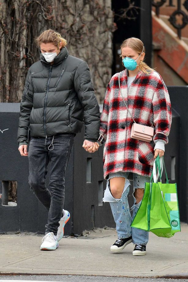 Sailor Brinkley Cook and boyfriend - Shopping at Whole Foods in Brooklyn