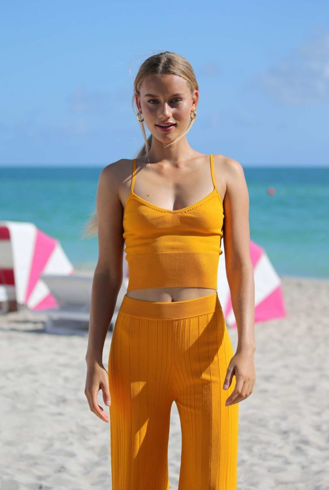 Samantha Hoopes: Sports Illustrated Swimsuit Island -03