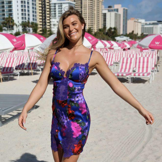 Samantha Hoopes: Sports Illustrated Swimsuit Island -05