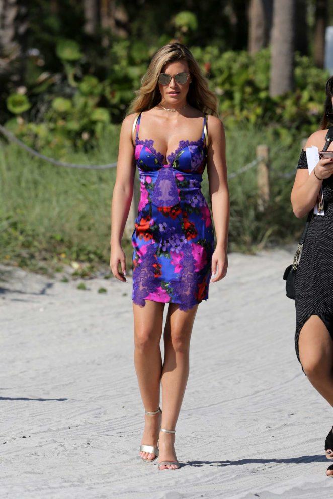 Samantha Hoopes: Sports Illustrated Swimsuit Island -13