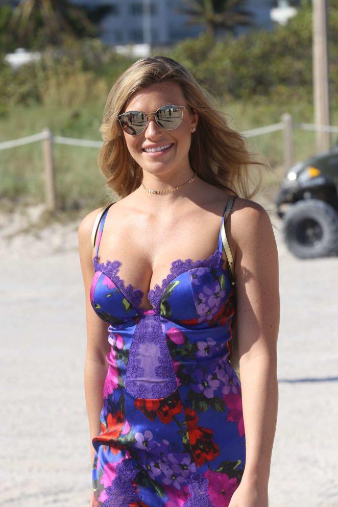 Samantha Hoopes: Sports Illustrated Swimsuit Island -17