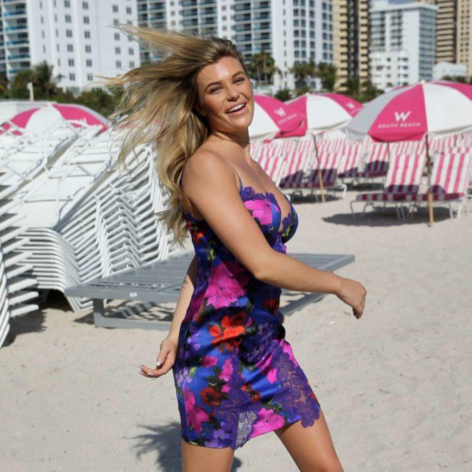 Samantha Hoopes: Sports Illustrated Swimsuit Island -33