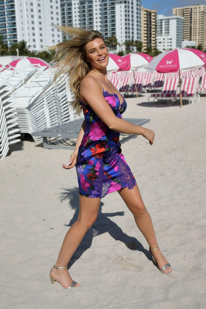 Samantha Hoopes: Sports Illustrated Swimsuit Island -36