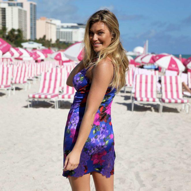 Samantha Hoopes: Sports Illustrated Swimsuit Island -37