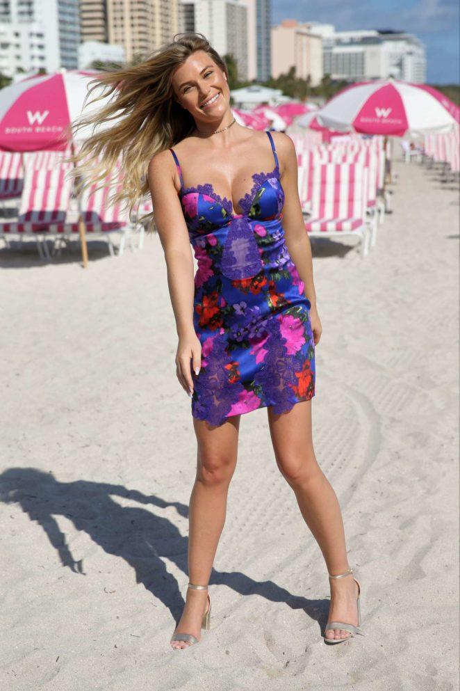 Samantha Hoopes: Sports Illustrated Swimsuit Island -41