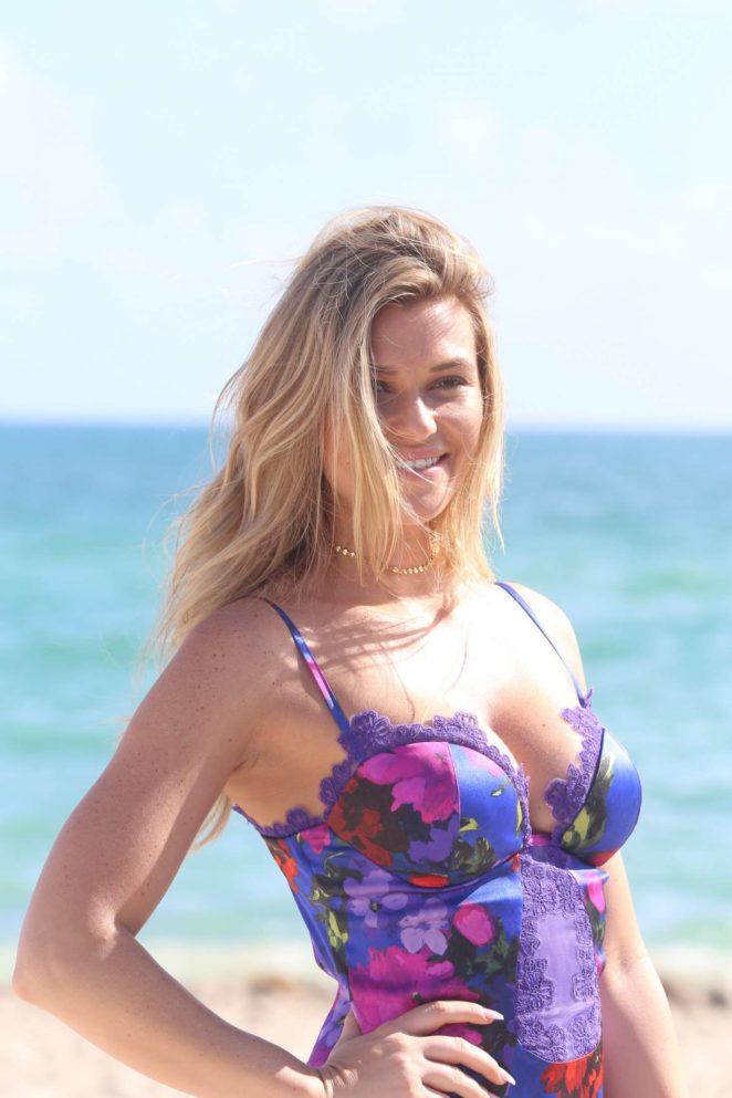 Samantha Hoopes: Sports Illustrated Swimsuit Island -43