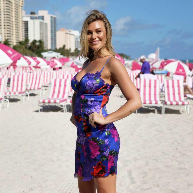 Samantha Hoopes: Sports Illustrated Swimsuit Island -46