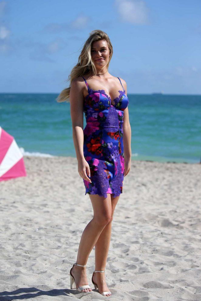 Samantha Hoopes: Sports Illustrated Swimsuit Island -57