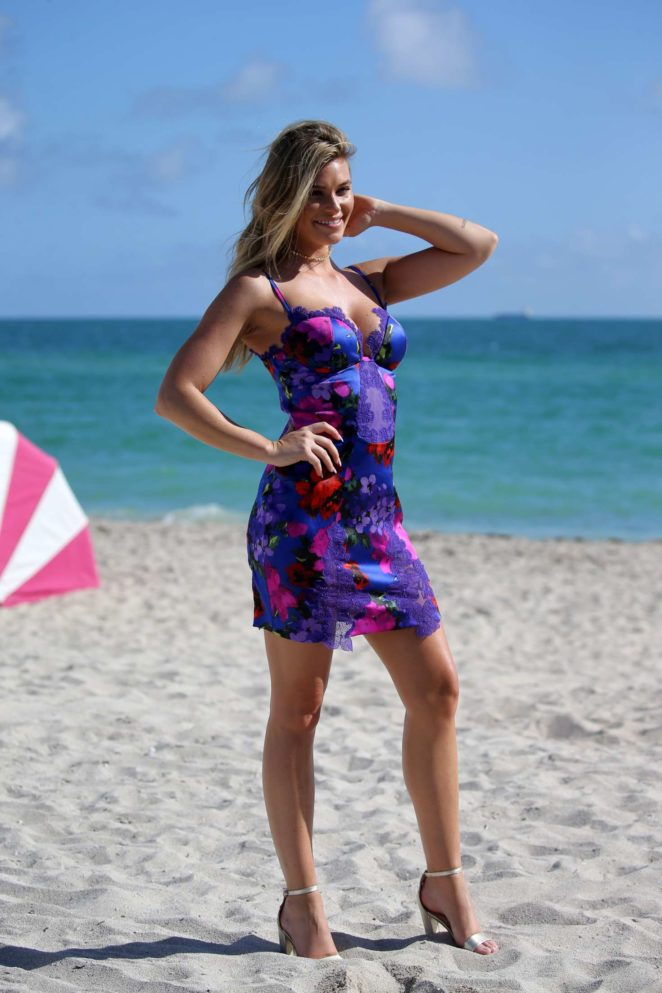 Samantha Hoopes: Sports Illustrated Swimsuit Island -66