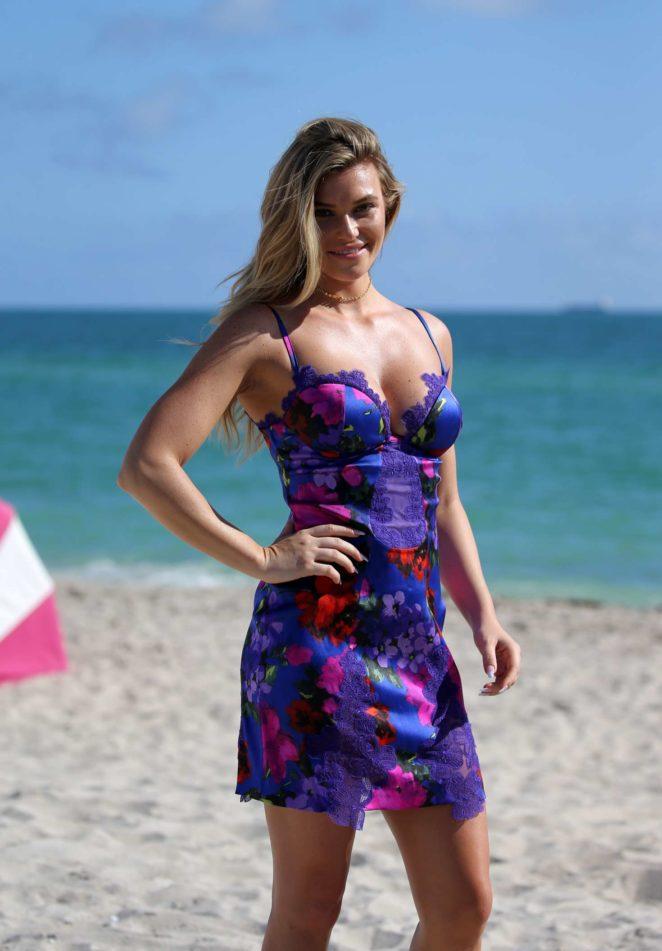 Samantha Hoopes: Sports Illustrated Swimsuit Island -76