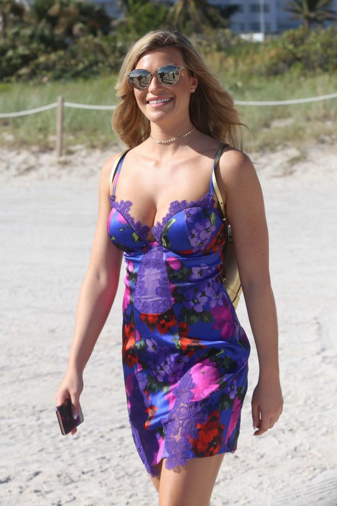 Samantha Hoopes: Sports Illustrated Swimsuit Island -87